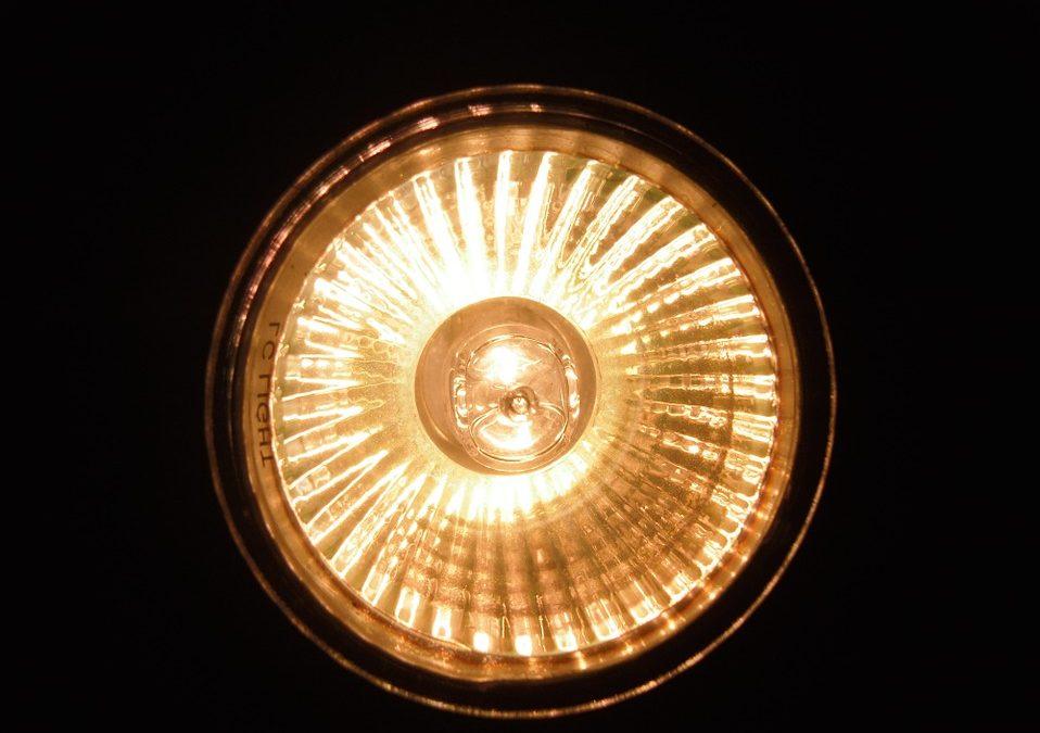 Wat is het beste: werkende gloei- en halogeenlampen direct vervangen door led of wachten tot ze kapot gaan?